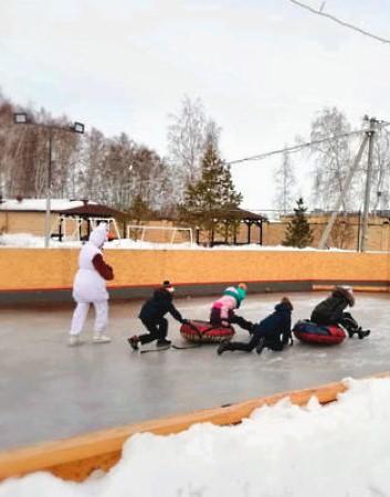 Каток в Линкер Парк предоставляет возможность покататься на коньках или устроить веселые групповые игры
