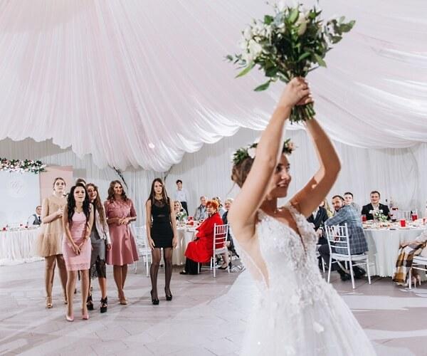 Свадьба в шатре Линкер Парк, невеста по традиции бросает букет присутствующим незамужним девушкам