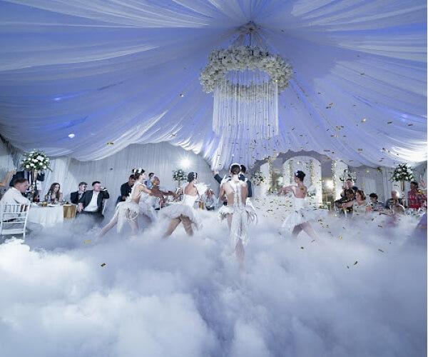 Площадь помещения Линкер Парк позволяет пригласить в шатер для выступления на свадьбе артистов, в том числе балетную труппу