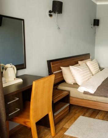 Однокомнатный двухместный номер для любителей практичного отдыха оборудован мебелью, телевизором и чайной станцией