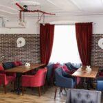 Интерьер зала выполнен в современном стиле LOFT – сочетание фактур дерева и керамогранита, фото ресторана 5
