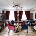 Интерьер зала выполнен в современном стиле LOFT – сочетание фактур дерева и керамогранита, вместимость зала 35 человек