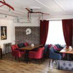 Интерьер зала выполнен в современном стиле LOFT – сочетание фактур дерева и керамогранита, фото ресторана 7