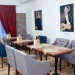 Интерьер зала выполнен в современном стиле LOFT – сочетание фактур дерева и керамогранита, вариант расстановки столов