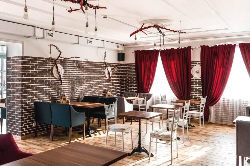 Интерьер зала ресторана выполнен в современном стиле LOFT – сочетание фактур дерева и керамогранита, фото 9