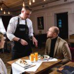 Шеф-повар ресторана Линкер Парк консультирует посетителей по составу предложенных блюд