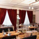 Интерьер зала выполнен в современном стиле LOFT – сочетание фактур дерева и керамогранита, фото ресторана 1