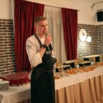 Шеф-повар ресторана Линкер Парк выступает перед гостями и рассказывает о предлагаемых блюдах