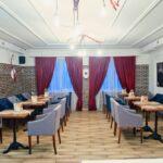 Интерьер зала выполнен в современном стиле LOFT – сочетание фактур дерева и керамогранита, фото ресторана 2