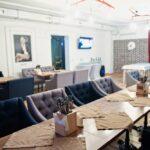 Интерьер зала выполнен в современном стиле LOFT – сочетание фактур дерева и керамогранита, фото ресторана 3