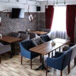 Интерьер зала выполнен в современном стиле LOFT – сочетание фактур дерева и керамогранита, фото ресторана 4
