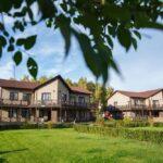 Территория Apart Hotel Линкер Парк в летнее время в фотогалерее на сайте, газоны и коттеджи на фото 15