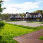 Территория Apart Hotel Линкер Парк в летнее время в фотогалерее на сайте, газоны, дорожка и коттеджи на фото 18