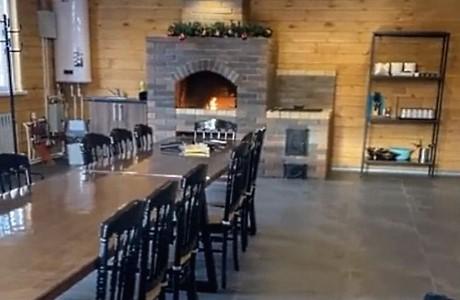 Банкетный зал Гриль хаус может использоваться проживающими в коттедже гостями для проведения мероприятий