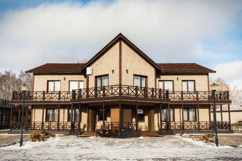 Коттедж, который можно снять для отдыха за городом целой компанией друзей или коллег в 17 км от Омска