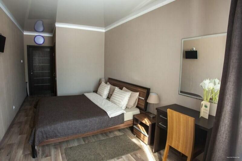 В комнате на двоих есть двуспальная кровать, письменный стол и тумбочки для отдыхающих гостей