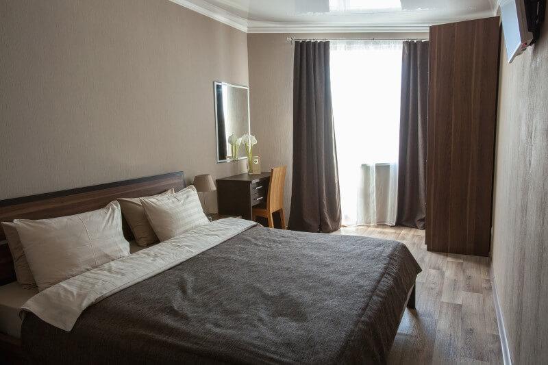 Два человека с комфортом разместятся в комнате с необходимой мебелью, шкафом и телевизором