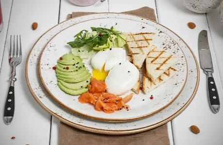 Завтрак в Линкер Парк выбирается из вариантов из «Комбо-меню» и подается с 09:00 до 13:00