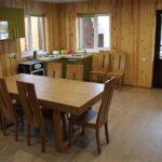 В саунах Apart Hotel «Линкер Парк» оборудована обеденная зона, которая имеет кухонный уголок. стол и стулья, фото 7