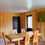 В саунах Apart Hotel «Линкер Парк» оборудована обеденная зона, которая имеет кухонный уголок. стол и стулья, фото 9