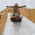 Катание на большой горке увлекает и детей, и взрослых во время зимнего отдыха в Линкер Парк, фото 16