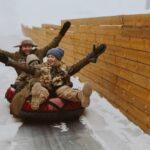 Катание на большой горке увлекает и детей, и взрослых во время зимнего отдыха в Линкер Парк, фото 17
