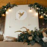 Свадьба Антона и Лены, оформление мест для жениха и невесты в банкетном зале Галерея WOOD, фото 12