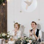Жених и невеста за праздничным столом в галерее WOOD, свадьба Антона и Лены в Apart Hotel «Линкер Парк», фото 15