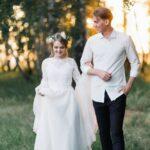 Жених и невеста гуляют по березовой роще у галереи WOOD в Apart Hotel «Линкер Парк», свадьба Антона и Лены, фото 21