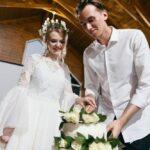 Жених и невеста разрезают праздничный торт в галерее WOOD в «Линкер Парк», свадьба Антона и Лены, фото 22