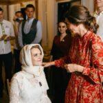 Невеста, жених и мать жениха в окружении гостей в галерее WOOD, свадьба Антона и Лены, фото 23