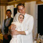 Невеста и жених в окружении гостей в галерее WOOD, свадьба Антона и Лены в Apart Hotel «Линкер Парк», фото 24