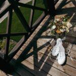 Туфли и букет невесты на террасе Apart Hotel «Линкер Парк», свадьба Антона и Лены, фото 6