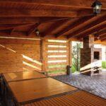 Большая мангальная зона в Линкер Парк выполнена из натуральной цельной древесины и оборудована печью-мангалом