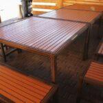 В большой мангальной зоне установлена практичная мебель из древесины с плетением, рассчитанная на 20 человек