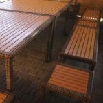 Удобная деревянная мебель в большой мангальной зоне рассчитана на размещение до 25 человек