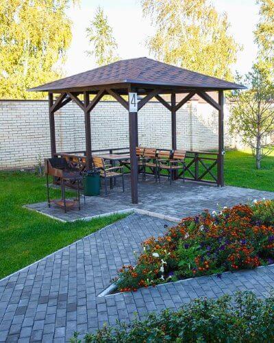 Малые мангальные зоны в Линкер Парк в летнее время – красивое место в окружении зелени и цветов