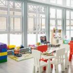 Детская комната в Линкер Парк оборудована большими окнами, что делает ее светлой и просторной