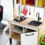 Игрушечная кухня и посуда для игр девочек в детской комнате в Apart Hotel Линкер Парк