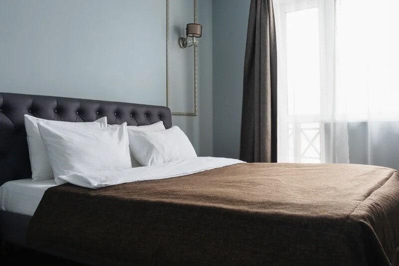 Снять номер полулюкс с двуспальной кроватью и камином для отдыха в Линкер Парк можно на сайте