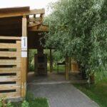 Большая мангальная зона на 20 человек в летнее время окружена зеленью, создающей приватную обстановку