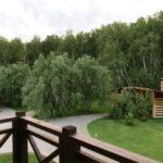 Вид на большие мангальные зоны с балкона коттеджа в Линкер Парк в 17 км от Омска в летнее время