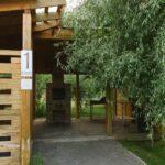 Пышная растительность вокруг большой мангальной зоны создает укрытие от летнего солнца и уютную обстановку