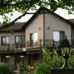 Территория Apart Hotel Линкер Парк в фотогалерее на сайте, коттедж и зеленые насаждения в летнее время на фото 26