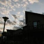 Территория Apart Hotel Линкер Парк в фотогалерее на сайте, коттеджы в летнее время на фоне вечернего неба на фото 29