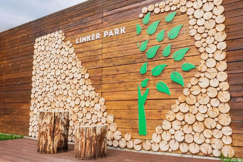 Территория Apart Hotel Линкер Парк в летнее время, символический логотип Линкер Парка в фотогалерее на сайте, фото 37